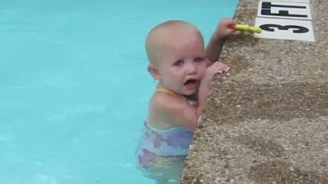 16-месячная девочка плавает, как настоящий профессионал